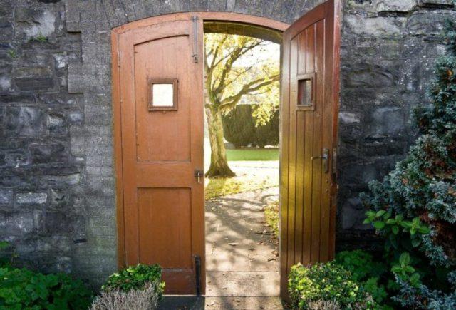 bible_opendoor-748x509